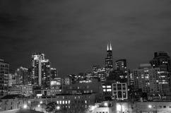Orizzonte del Chicago alla notte Immagini Stock
