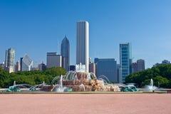 Orizzonte del Chicago con la fontana di Buckingham Immagini Stock
