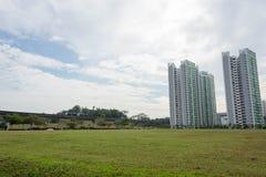 Orizzonte del condominio con gli alberi, erbe e treno e railro del lrt Immagini Stock Libere da Diritti