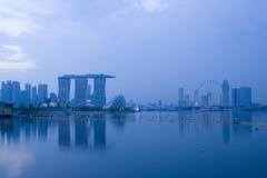 Orizzonte del distretto aziendale di Singapore in sera immagini stock