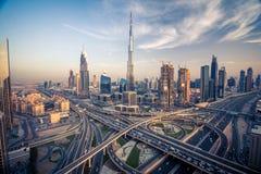 Orizzonte del Dubai con la bella città vicino a it& x27; strada principale più occupata di s su traffico Immagine Stock
