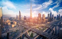 Orizzonte del Dubai con la bella città vicino a it& x27; strada principale più occupata di s su traffico Fotografie Stock Libere da Diritti