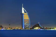 Orizzonte del Dubai di notte Immagine Stock
