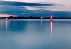 Orizzonte del fiume di notte con le luci rosse Fotografia Stock
