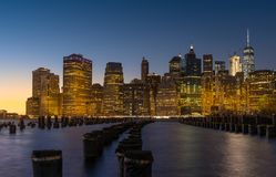 Orizzonte del Lower Manhattan alla notte immagini stock libere da diritti
