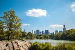 Orizzonte del paesaggio del lago central Park di NYC Fotografia Stock