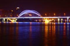 Orizzonte del ponte della città alla notte Immagini Stock Libere da Diritti