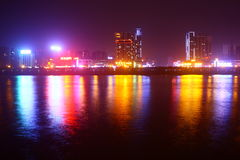 Orizzonte del ponte della città alla notte Immagine Stock