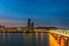 Orizzonte del ponte di Dongjia a Han River a Seoul del centro nella notte, Corea del Sud fotografia stock