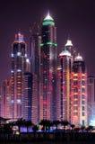 Orizzonte del porticciolo della Dubai di notte con le costruzioni più alte Il Dubai, Emirati Arabi Uniti Immagini Stock Libere da Diritti
