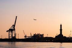 Orizzonte del porto di Genova durante il tramonto Fotografia Stock Libera da Diritti