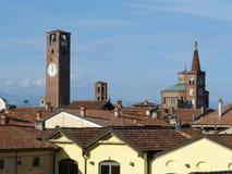 Orizzonte del villaggio di Soncino con la torre ed il Th medievali Immagini Stock Libere da Diritti