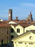 Orizzonte del villaggio di Soncino con la torre ed il Th medievali Immagini Stock