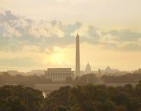 Orizzonte del Washington DC con il sole e le nuvole di mattina Immagini Stock Libere da Diritti