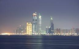 Orizzonte dell'Abu Dhabi alla notte Immagine Stock