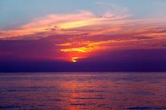 Orizzonte dell'acqua di alba del Mar Mediterraneo Immagine Stock