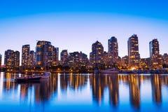 Orizzonte della città al tramonto Fotografie Stock