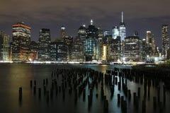 Orizzonte della città alla notte osservata dal parco del ponte di Brooklyn, New York Fotografia Stock Libera da Diritti