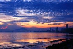 Orizzonte della città alla spiaggia durante il crepuscolo Fotografie Stock Libere da Diritti