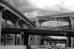 Orizzonte della città attraverso la giungla concreta Fotografie Stock