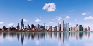 Orizzonte della città con la riflessione, Illinois di Chicago U.S.A. Fotografie Stock