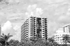 Orizzonte della città con le nuvole bianche su cielo blu Fotografia Stock Libera da Diritti
