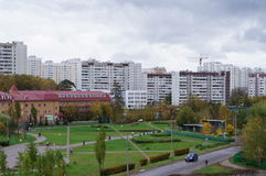 Orizzonte della città con le viste del parco di Zelenograd Mosca Fotografia Stock