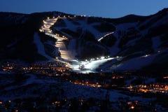 Orizzonte della città della stazione sciistica alla notte Fotografia Stock