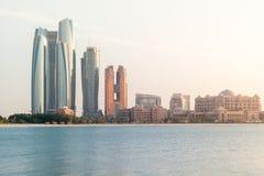 Orizzonte della città di Abu Dhabi, bella vista delle torri di Etihad e palazzo degli emirati fotografia stock libera da diritti