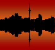Orizzonte della città di Auckland al tramonto illustrazione di stock