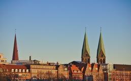 Orizzonte della città di Brema, Germania alla luce di sera con le guglie della cattedrale del ` s di St Peter e della chiesa dell Immagine Stock Libera da Diritti
