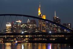 Orizzonte della città di Francoforte alla notte Immagine Stock Libera da Diritti