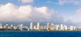 Orizzonte della città di Honolulu da acqua Fotografia Stock