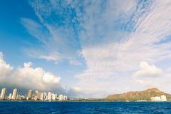 Orizzonte della città di Honolulu da acqua Fotografie Stock