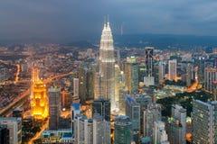 Orizzonte della città di Kuala Lumpur al crepuscolo in Malesia Immagine Stock Libera da Diritti