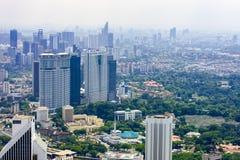 Orizzonte della città di Kuala Lumpur con i grattacieli alla mattina, Malesia immagini stock