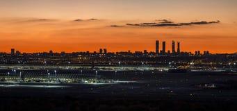 Orizzonte della città di Madrid nella sera Fotografia Stock