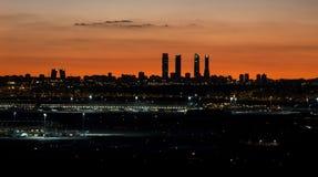 Orizzonte della città di Madrid nella sera Immagine Stock