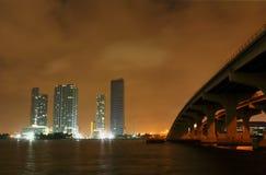 Orizzonte della città di Miami ad una notte tempestosa Fotografie Stock