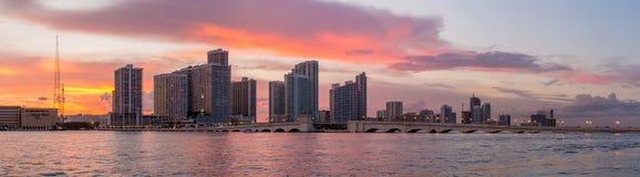 Orizzonte della città di Miami a penombra con i grattacieli urbani, porticciolo Immagini Stock Libere da Diritti