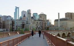 Orizzonte della città di Minneapolis dal ponte di pietra dell'arco Immagini Stock