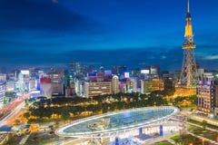 Orizzonte della città di Nagoya, Giappone con la torre di Nagoya TV nella penombra Immagine Stock
