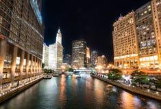 Orizzonte della città di notte di Chicago fotografia stock