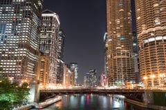 Orizzonte della città di notte di Chicago fotografie stock libere da diritti