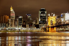 Orizzonte della città di notte di Cincinnati Ohio Immagine Stock