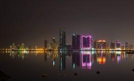 Orizzonte della città di notte Manama, la capitale del Bahrain Immagini Stock Libere da Diritti