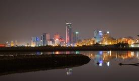Orizzonte della città di notte Manama, la capitale del regno del Bahrain Immagini Stock