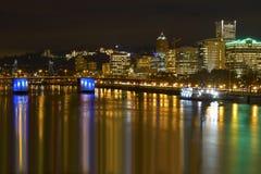Orizzonte della città di Portland da Waterfront alla notte fotografie stock libere da diritti