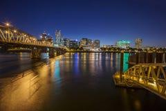 Orizzonte della città di Portland durante la notte in anticipo Immagini Stock Libere da Diritti