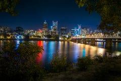 Orizzonte della città di Portland durante la notte in anticipo Immagine Stock